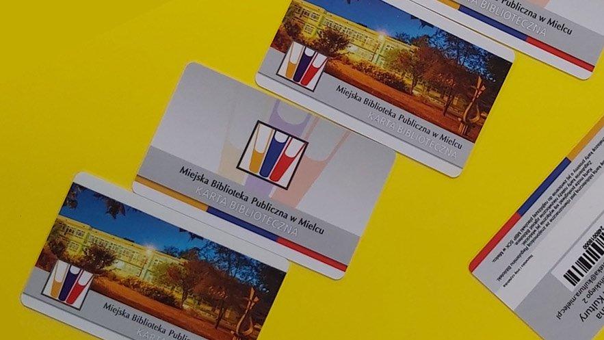 Na zdjęciu karty biblioteczne - 2 wzory